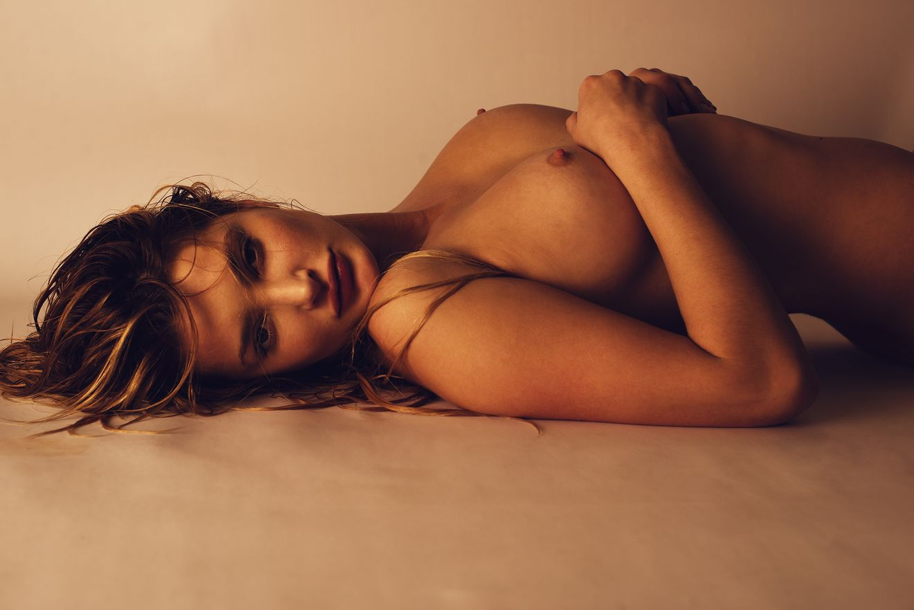 elle-bowman-naked-1