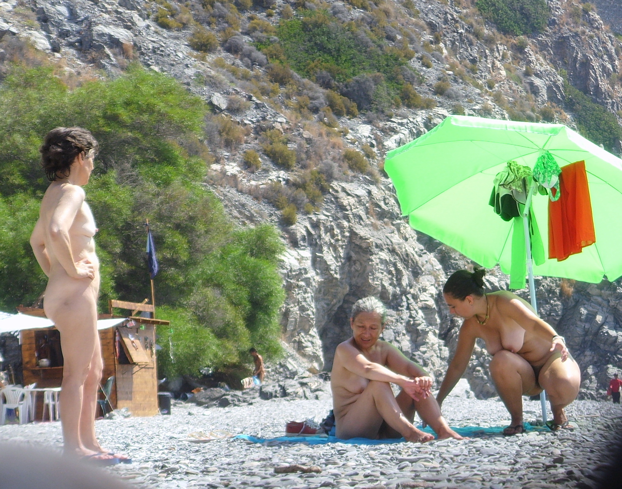 https://voyeurpapa.com/wp-content/uploads/2016/12/Nudists-family-nude-beach-1.jpg